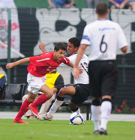 Depois de superar toda a defesa desse time paulista, Nilmar se prepara para marcar o gol